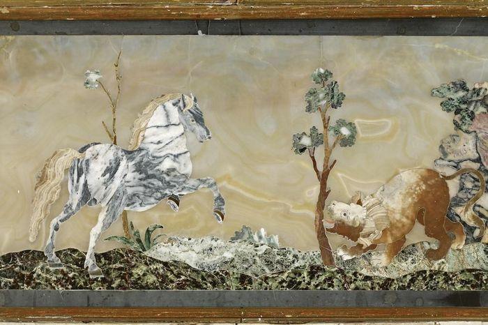 Pietra-Dura-Tafel mit Pferd im Florentiner Kabinett von Schloss Favorite